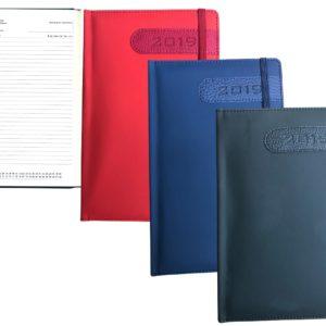 Ημερήσιο ημερολόγιο με σκληρό εξώφυλλο σε 3 χρώματα, και Λάστιχο ΚΩΔΙΚΟΣ:204Περιγραφή: Διαστάση Αντικειμένου: 14 x 21 cm
